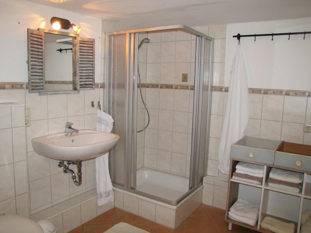 Geräumiges Badezimmer mit Dusche und Badewanne