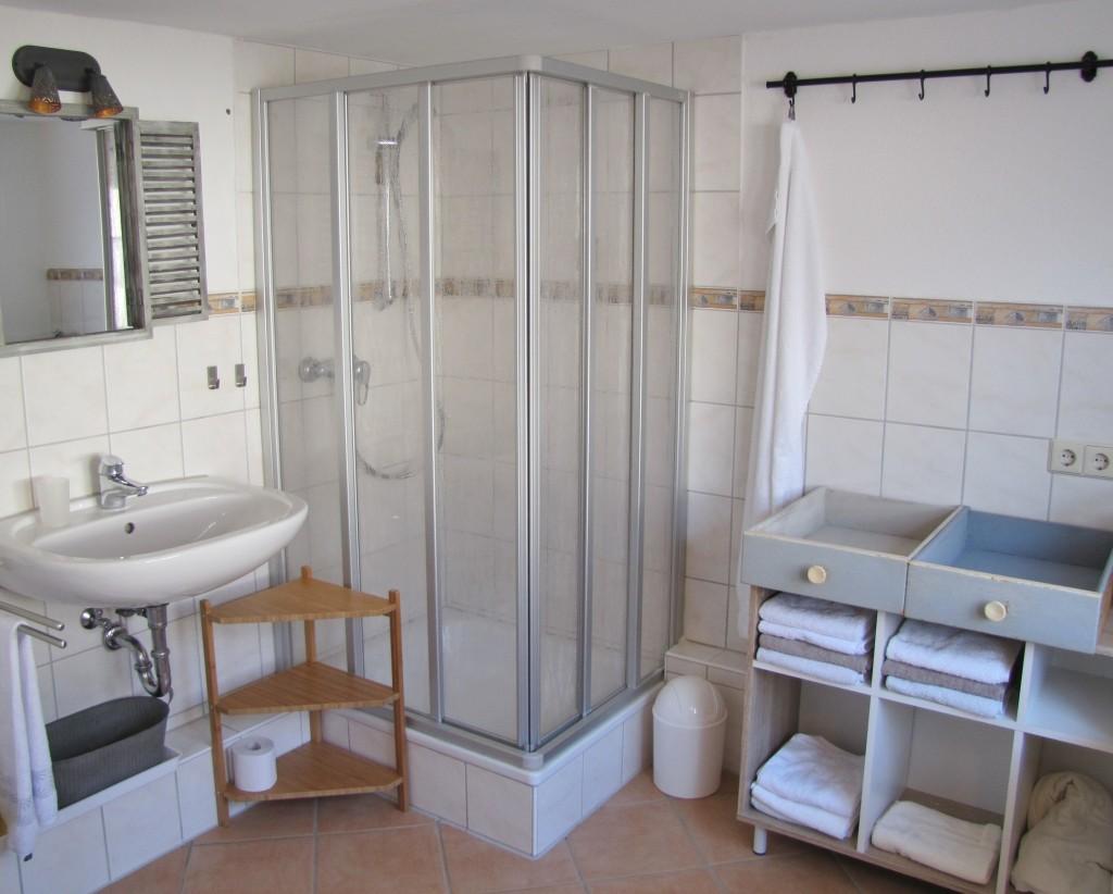 Geräumiges Bad mit Badewanne, Dusche, WC