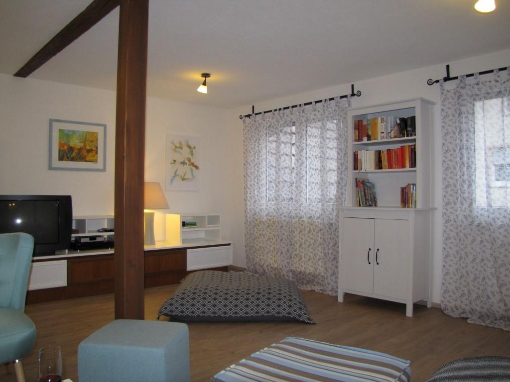 Wohnzimmer mit Bücherregal