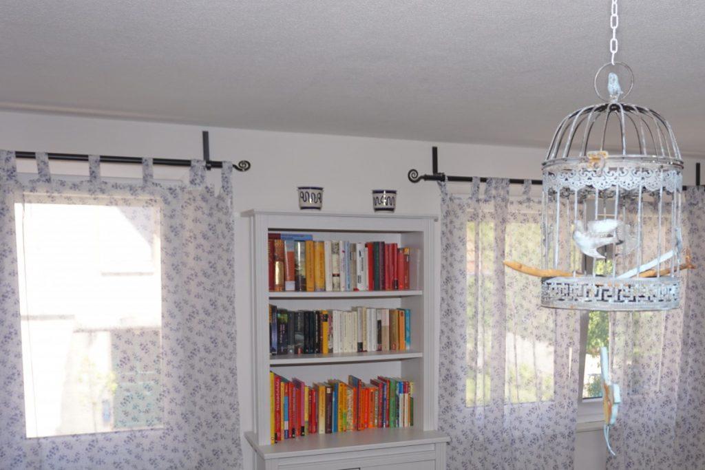 Bücherregal mit Ferienlektüre