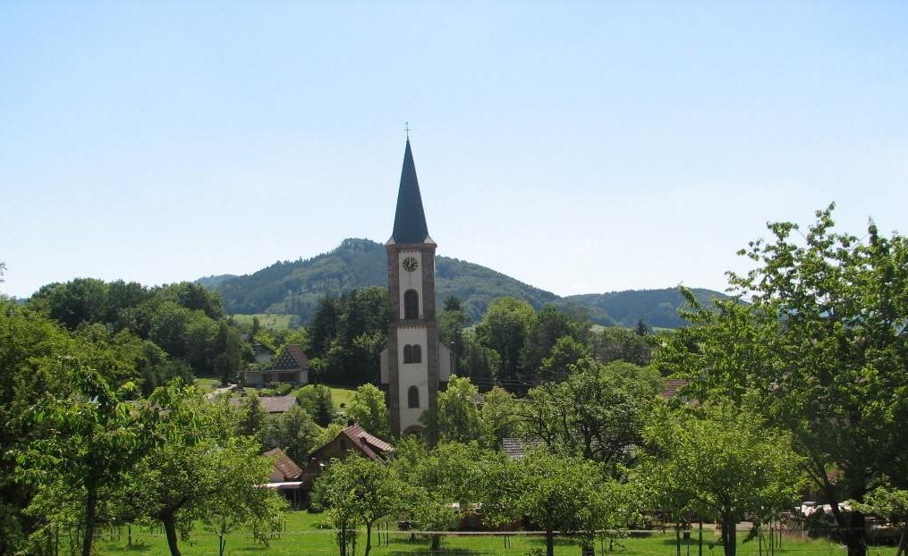 Blick auf das Dorf und die Kirche